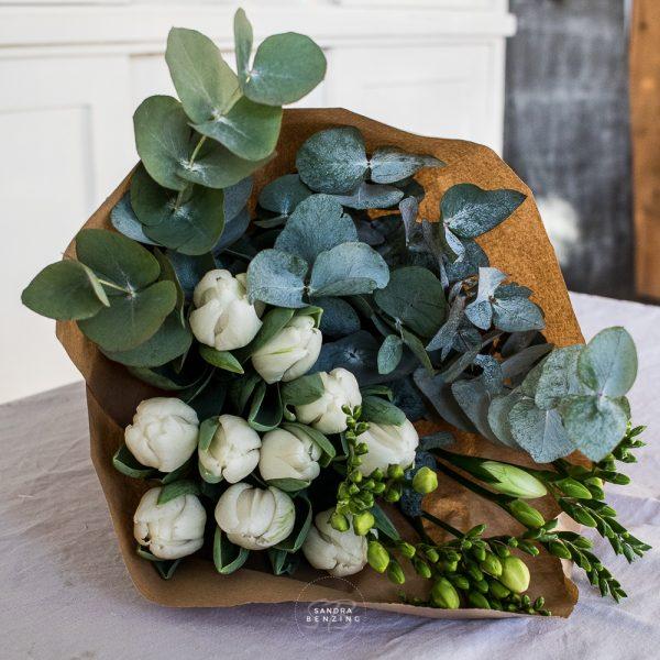 Bild zeigt weiße Blumen und Eukalyptus
